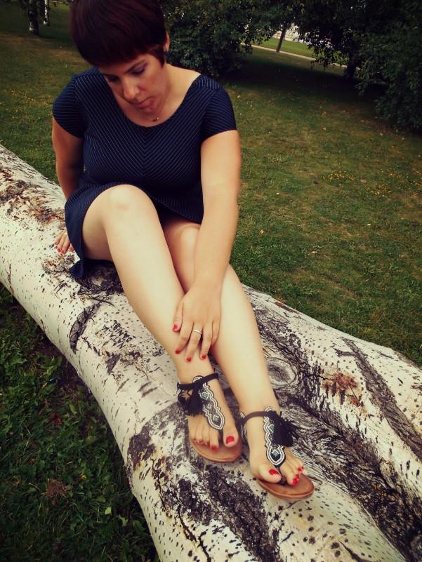 mirando sandalias